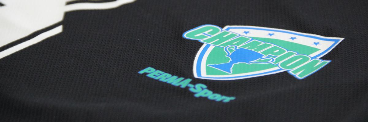 Detailansicht PERMA Sport Textildruck. Hoch dehnbar und deckend auf Softshell und dunklem Polyester.