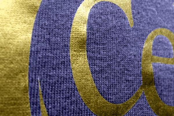 Dunkelblauer Stoff mit goldfarbenenm Aufdruck
